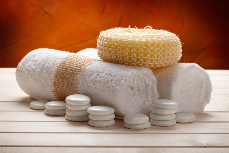 Toallas y esponja del masaje imagen de archivo libre de regalías