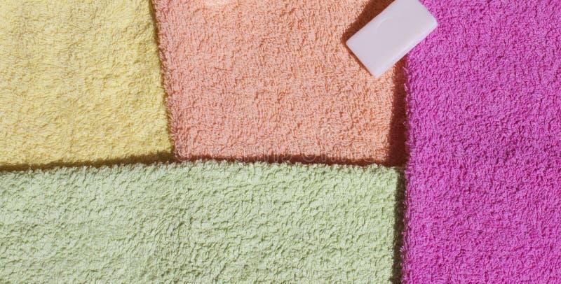 Toallas y jabón coloridos foto de archivo