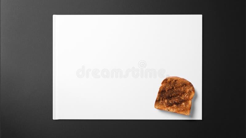 Toast auf Weißbuch auf schwarzem Hintergrund stockfotos
