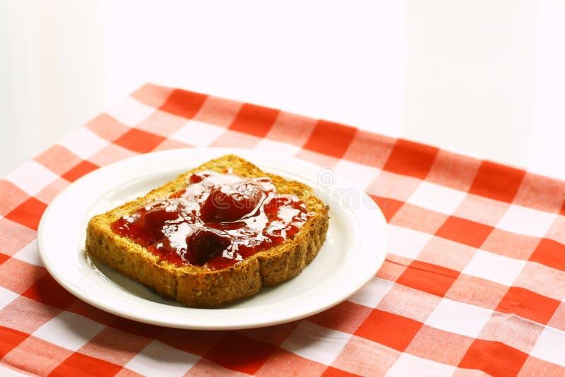 Toast mit Erdbeeremarmelade lizenzfreie stockfotos