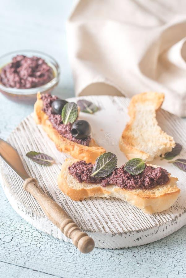 Toast mit Pastete der schwarzen Olive stockfotografie