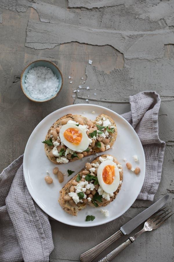 Toast mit weißen Bohnen und Ei stockfotografie