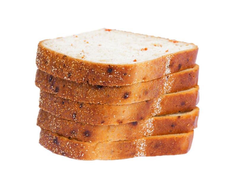 Toast tarwebrood in plakken, geïsoleerd op witte achtergrond, met groenten royalty-vrije stock afbeeldingen