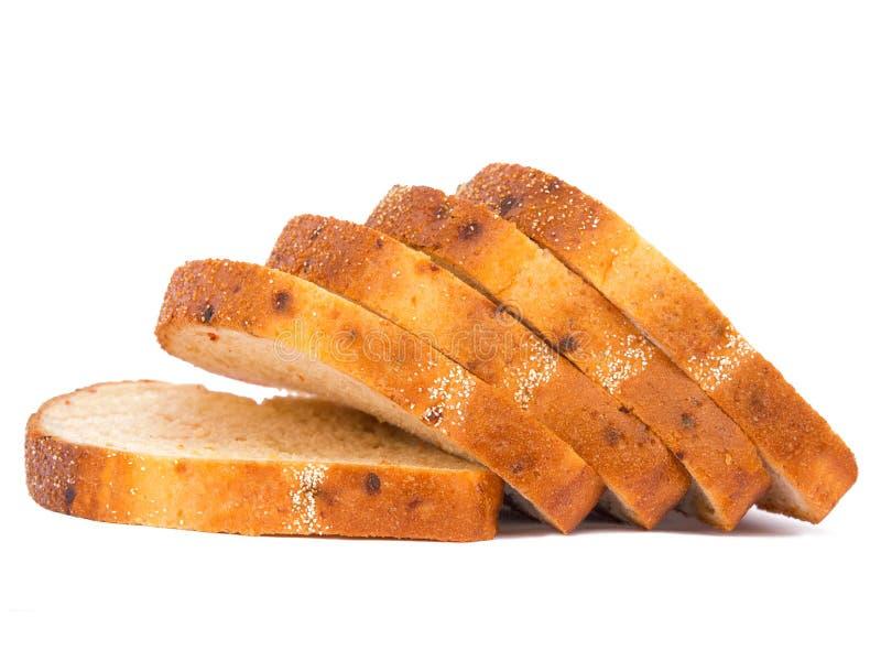 Toast tarwebrood in plakken, geïsoleerd op witte achtergrond, met groenten stock foto's