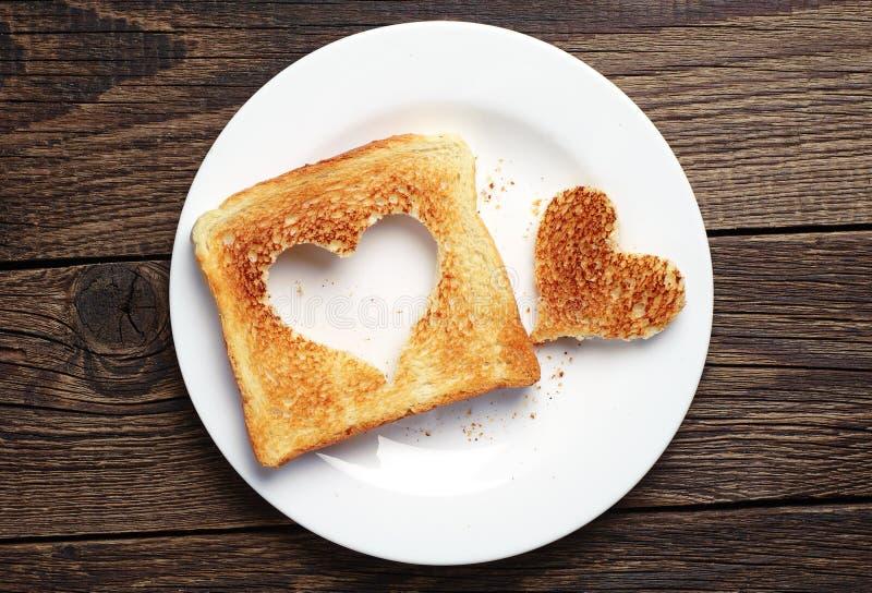 Toastbrot mit herausgeschnittener Herzform lizenzfreies stockbild