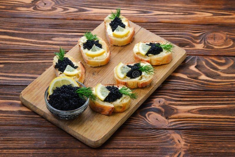 Toastes met zwarte kaviaar royalty-vrije stock afbeeldingen