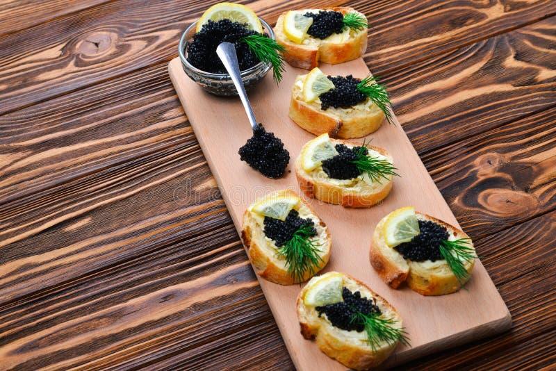 Toastes met zwarte kaviaar stock fotografie