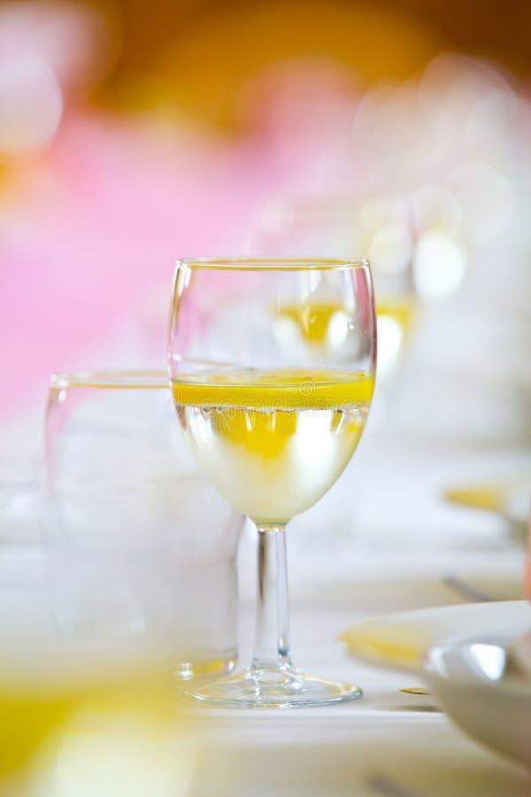 Toastgetränk auf einer Hochzeit lizenzfreie stockfotografie