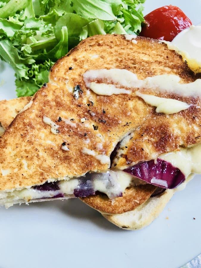 Toastie della cipolla e del formaggio immagini stock libere da diritti
