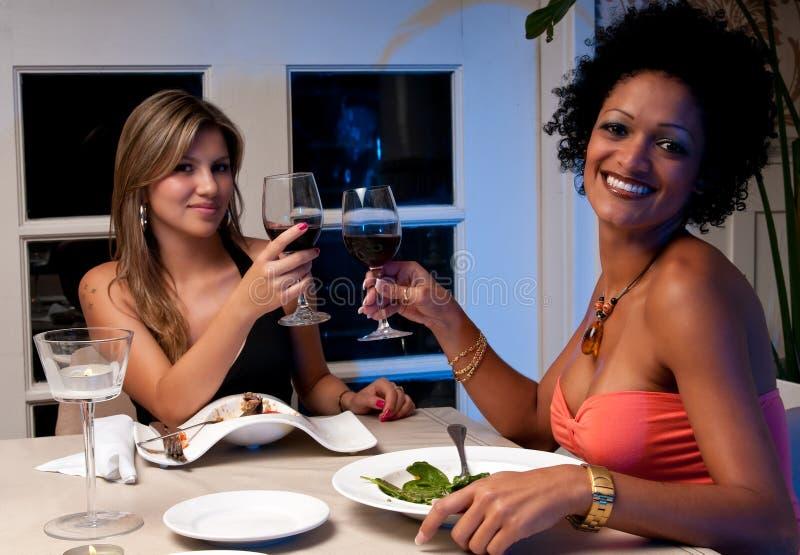 toasting девушок счастливый стоковая фотография