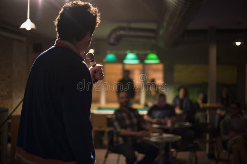 Toastmaster com um microfone em um partido fotos de stock