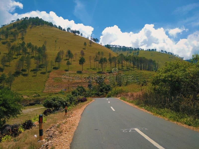 Toba λιμνών δρόμος και θέα βουνού στοκ εικόνα