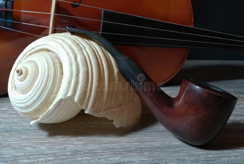 Tobakröret, den gamla fiolen och havet säljer arkivfoton