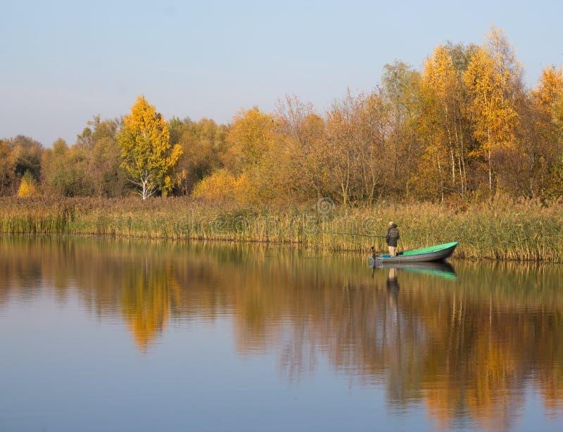 Tober 31  ОÑ, 2015 - Брест, Беларусь: человек удит от шлюпки стоковые изображения rf