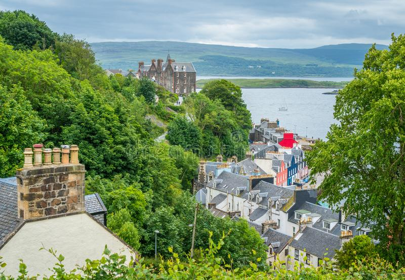 Tobermory в летнем дне, столица острова Mull в шотландском внутреннем Hebrides стоковое фото