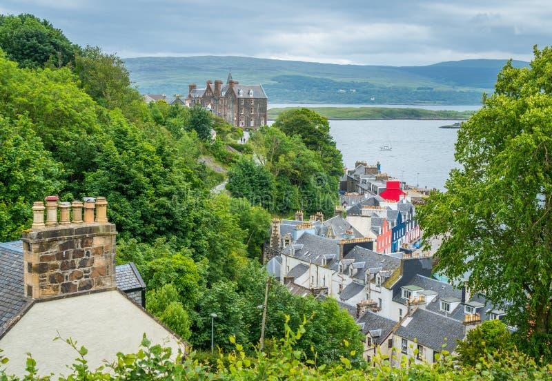 Tobermory i en sommardag, huvudstad av ön av Mull i den skotska inre Hebridesen arkivfoto