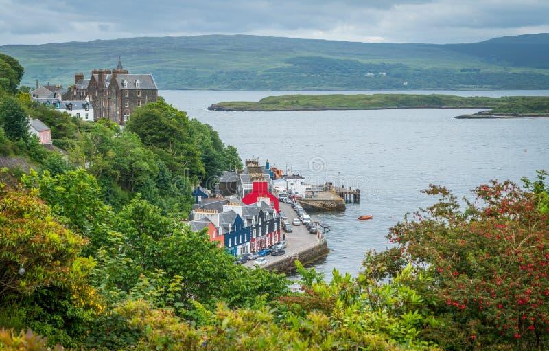 Tobermory i en sommardag, huvudstad av ön av Mull i den skotska inre Hebridesen arkivfoton