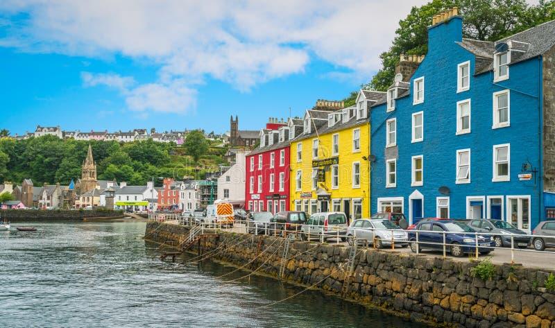Tobermory i en sommardag, huvudstad av ön av Mull i den skotska inre Hebridesen royaltyfri bild