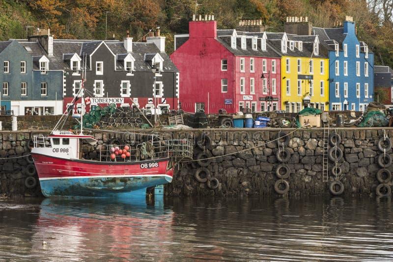 Tobermory på ön av funderar i Skottland arkivbild