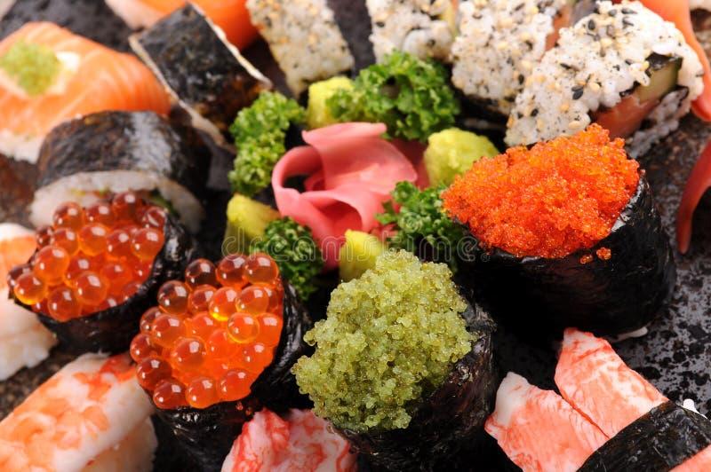 Tobikosushi met geassorteerde sushischotel stock afbeeldingen