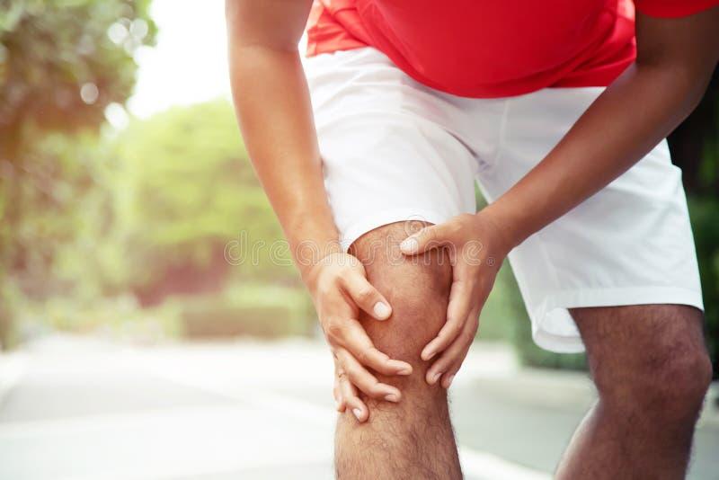 Tobillo torcido del corredor o roto doloroso conmovedor Accidente de entrenamiento del corredor del atleta foto de archivo