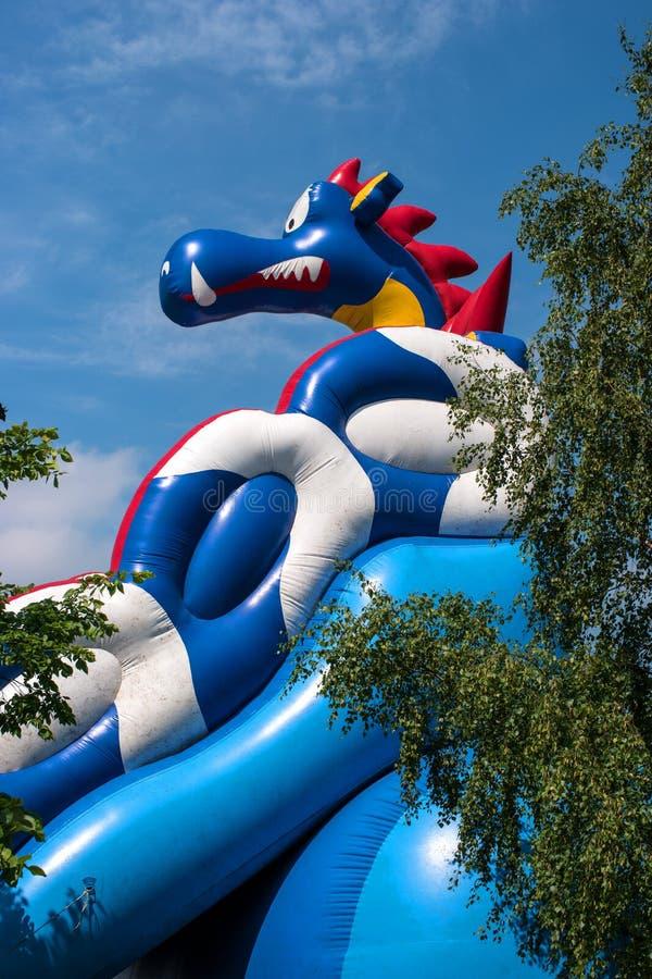 Tobogán acuático inflable en un dragón azul fotos de archivo