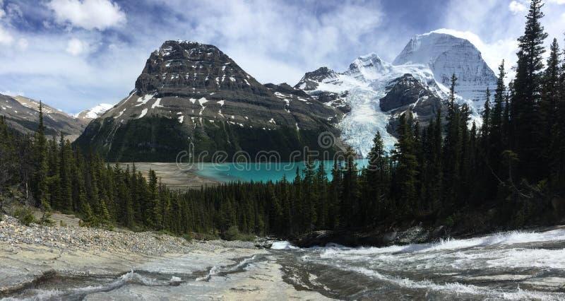 Toboganowi spadki płynie w dół Góra lodowa jezioro, przegapia góra obrabować zdjęcie royalty free