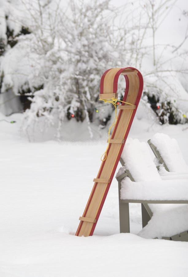 Toboggan dans la neige photo libre de droits