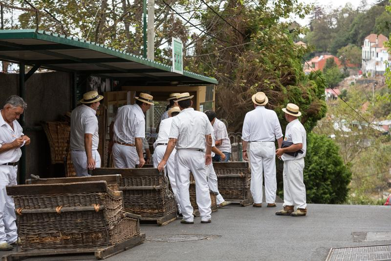 Toboggan ruiters die traditionele rietslee bergaf op de straten van Funchal bewegen Montepark, het eiland van Madera royalty-vrije stock foto's