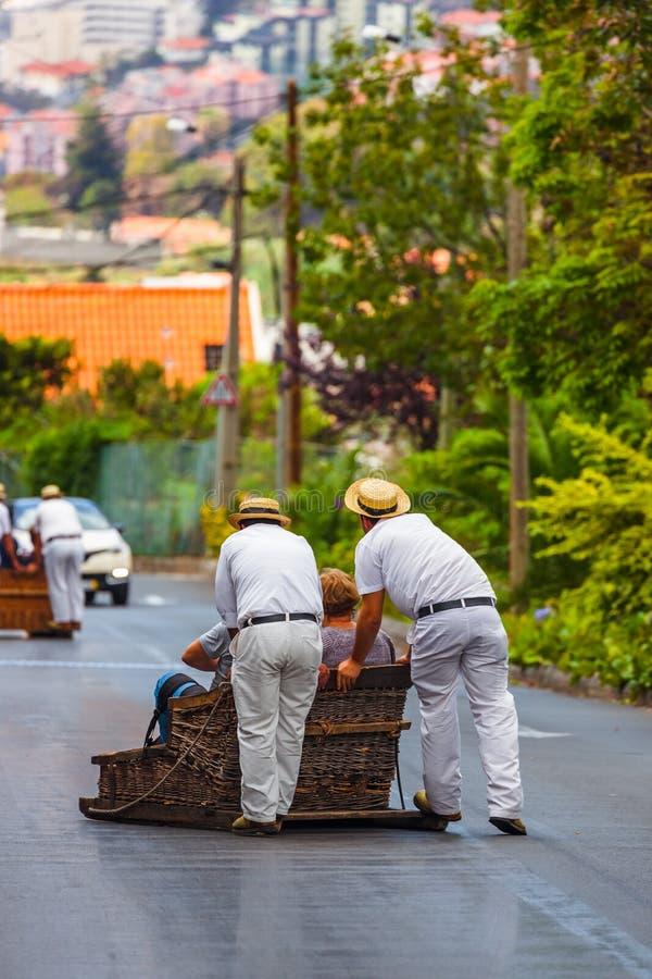 Toboggan ruiters op slee in Monte - Funchal Madera Portugal stock afbeeldingen