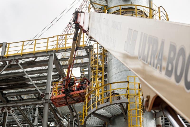 Tobolsk Rosja, Maj, - 29 2018: Sibur firma Budowa roślina na przerobie węglowodór Dwa pracownika budowlanego wewnątrz fotografia stock