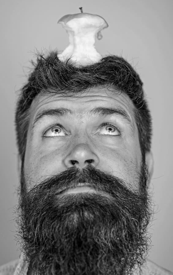 Tocón casi comido largo de la manzana de la barba del inconformista hermoso del hombre en la cabeza como blanco Concepto vivo de  fotografía de archivo libre de regalías