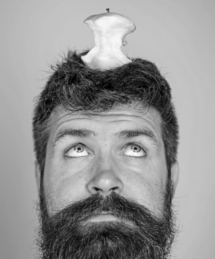 Tocón casi comido largo de la manzana de la barba del inconformista hermoso del hombre en la cabeza como blanco Concepto vivo de  fotografía de archivo