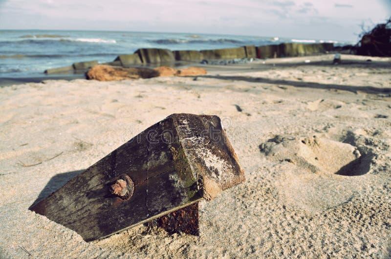 Tocón en la playa imagen de archivo libre de regalías