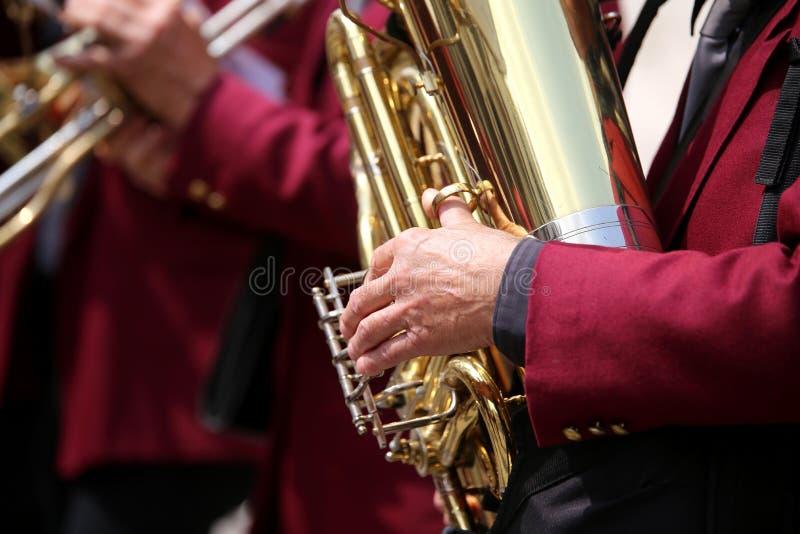 toca el saxofón fotografía de archivo
