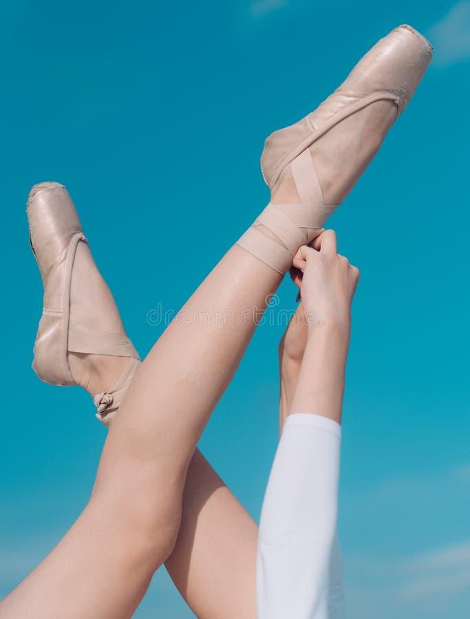 Tocando no céu Sapatas de Pointe vestidas pelo dançarino de bailado Deslizadores do bailado Sapatas da bailarina Pés da bailarina imagem de stock