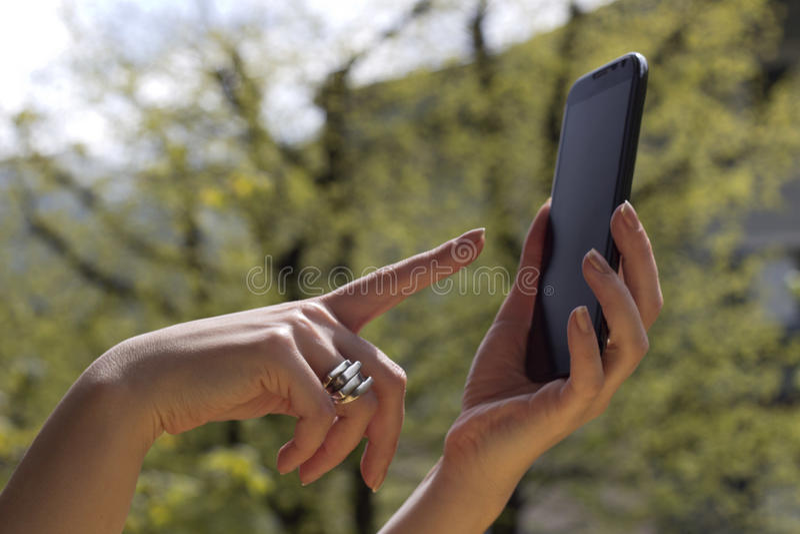 Tocando no telefone esperto imagens de stock royalty free