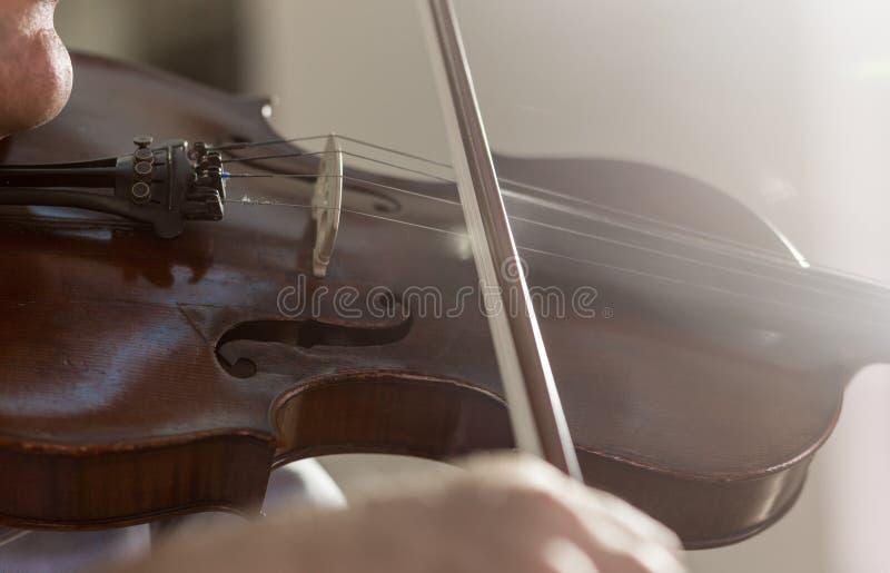 Tocar el violín fotos de archivo libres de regalías