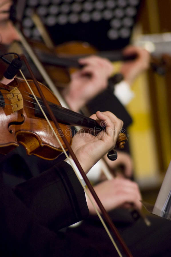 Tocar el violín imagen de archivo