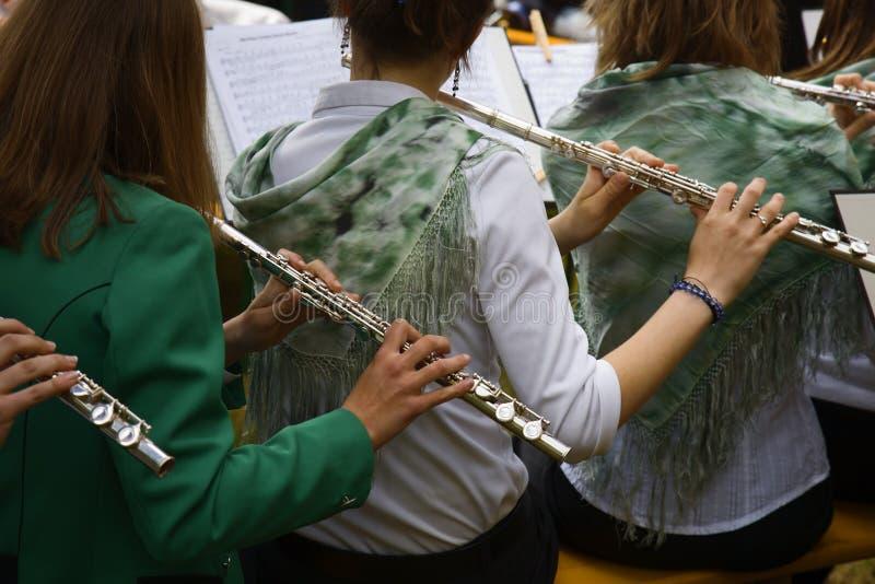 Tocar la flauta imagen de archivo libre de regalías