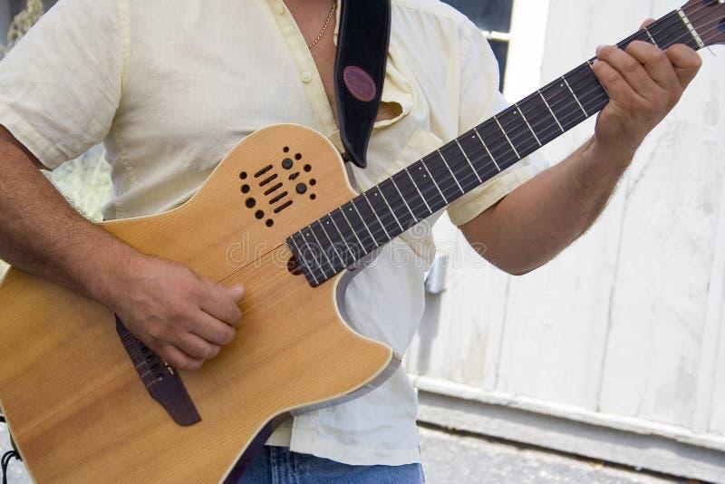 Tocar la guitarra imagen de archivo