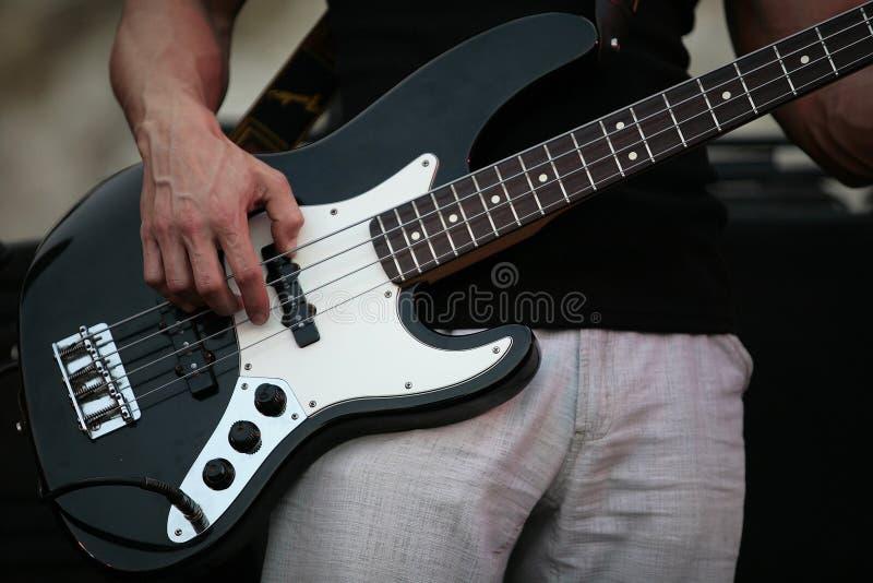 Tocar la guitarra imagen de archivo libre de regalías