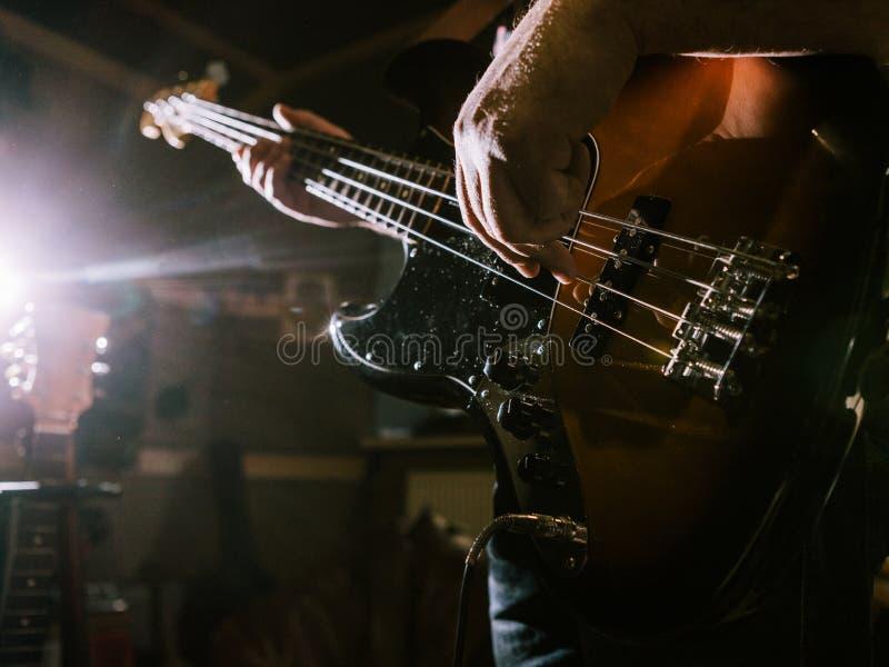 Tocar la guitarra baja ata el primer fotos de archivo libres de regalías