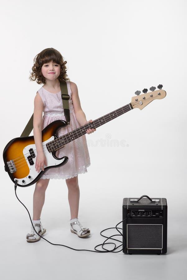 Tocar la guitarra con la cara divertida foto de archivo libre de regalías