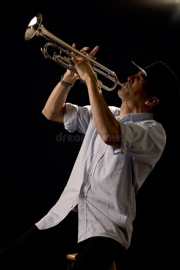 Tocar la trompeta imágenes de archivo libres de regalías