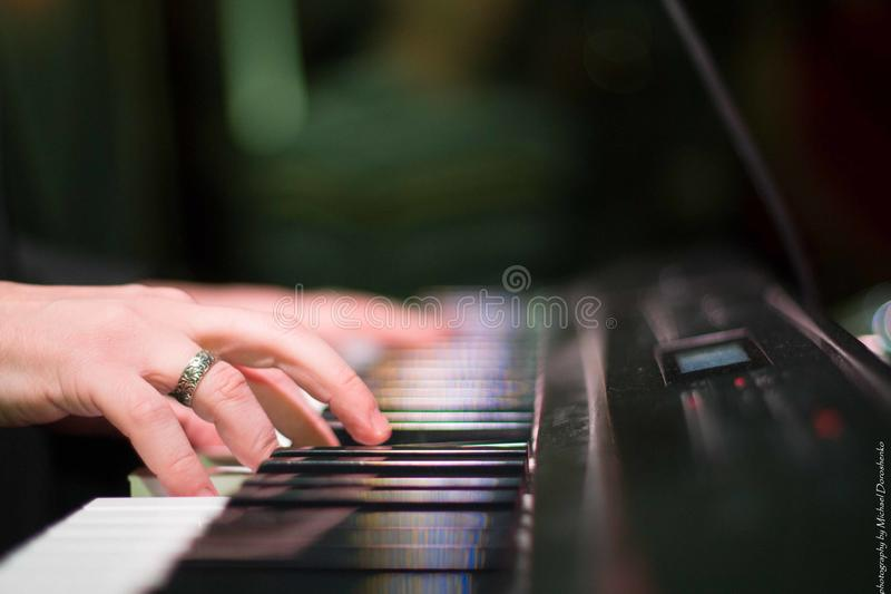 Tocar los instrumentos musicales imagenes de archivo