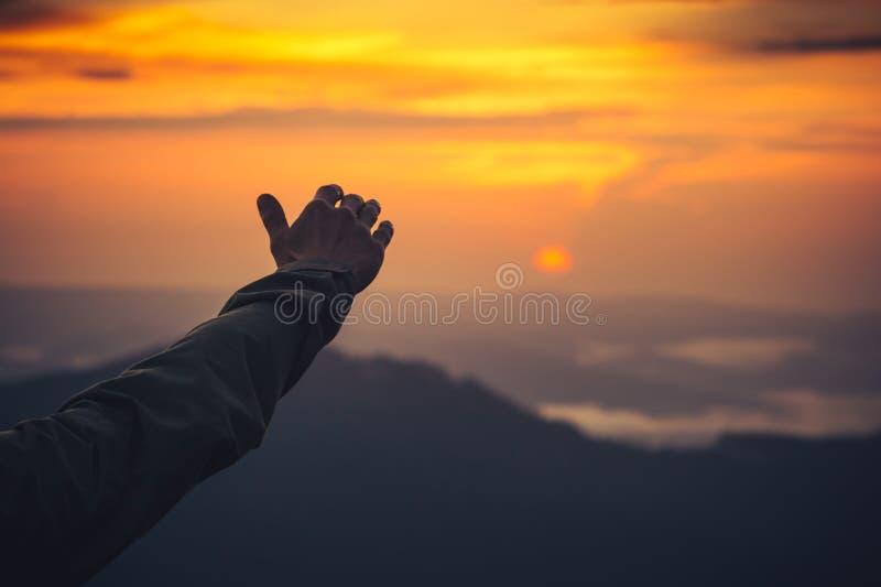 Tocchi la mano ed il tramonto dell'uomo di concetto del cielo immagini stock libere da diritti
