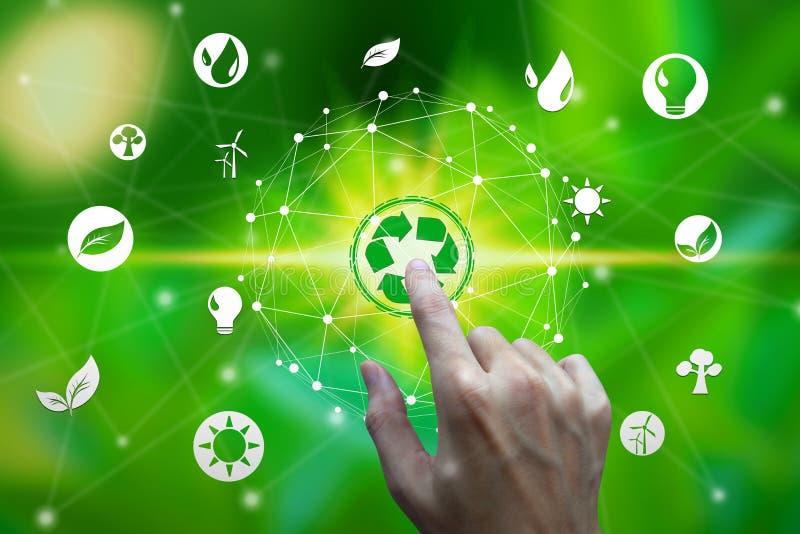 Tocco del dito con le icone dell'ambiente sopra la connessione di rete sul fondo della natura, concetto di ecologia di tecnologia fotografia stock libera da diritti