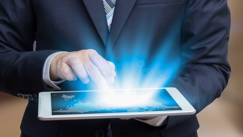 Tocco dell'uomo d'affari sul concetto e sul ecomme di tecnologia della compressa dello schermo fotografie stock