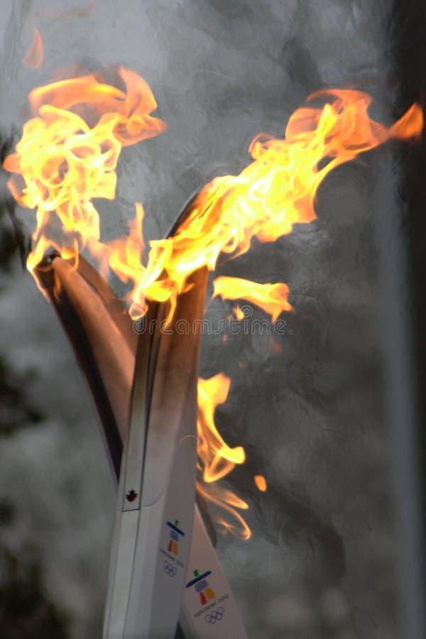 Tocha 2010 olímpica funcionada - mão da flama fora imagem de stock